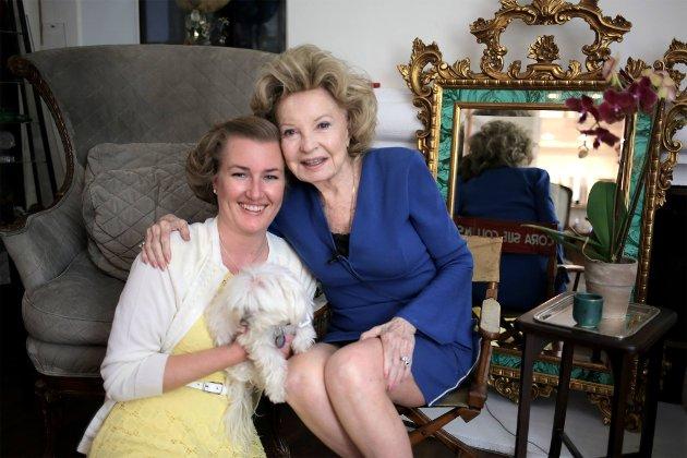 GODE VENNER: Her er Karin Mustvedt-Plüss og Cora Sue Collins (90) hjemme hos Cora i Beverly Hills. Snart skal Karin over å besøke Cora igjen.