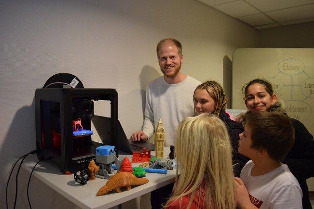 3 D PRINT: Knut Urdalen i Kodeklubb Notodden sørget for at det ble 3D-printet reinsdyr og pepperkakeformer, laget stjerner og andre geometriske former. KULT!