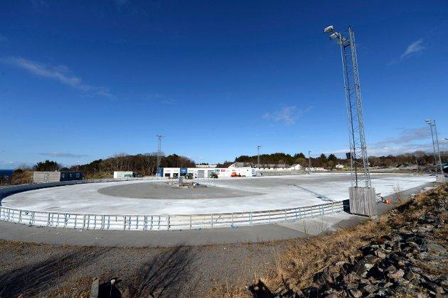 Isbanen i Kristiansund ligger brakk etter vintersesongen. Snart kan det bli kunstgress for fotball på banen.