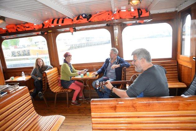 """Klappsalvene runget da sundbåten """"Framnæs"""" la til på Kirkelandet, så John Kinn tok en rundtur til med gitaren. - Da bli æ med en tur te æ å, repliserte en tilhører."""