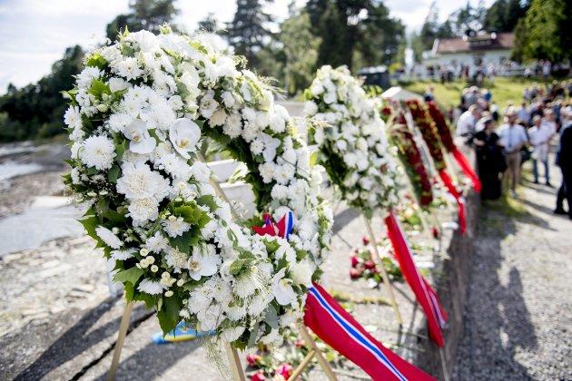 Utøya: – I år er mange av minnemarkeringene vitneskildringer. Det syns jeg er fint. De ekte historiene fra dem som kjenner det på kroppen mest, skriver Line Hoem. Bildet er fra minnemarkeringen på øya.