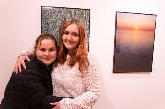 Ronja Reiten Fjærli til og venstre og Mia Kristine Mellemsæther er imponerte over bildene til Sindre Krane Olsen.
