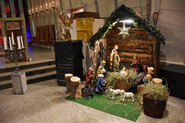 Stjerna, Jesus, krybben og alt som hører med er på plass helt framme i Kirkelandet kirke.