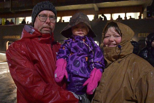 Geir Ole Kanestrøm, Ildri Elise Kanestrøm og Linda Nilsen er fornuftig kledd nyttårsaften. - Vi trosser vær og vind. Man må støtte opp under det som skjer, hvis ikke blir det ikke!