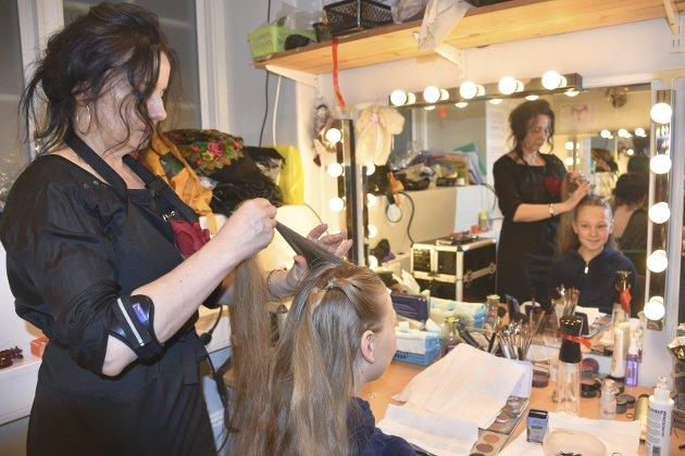 HÅR OG SMINKE: Daria Fabina møtte opp to timer før generalprøven på «Spelemann på taket», for å bli fikset opp. Maskør Tatiana Thordarson i Operaen i Kristiansund har hendene fulle. Det er mange som skal fikse hår og ha sminke på.