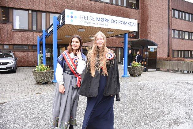 Representanter for Ungdomsrådet og medlemmer av 17. maikomiteen. Noor Husby (til venstre) og Linnea Ramsvik Bjerknes flyr fra oppdrag til oppdrag på nasjonaldagen, med korpskonsert, kransnedleggelser, båtkortesjer og hva ikke.  – Vi avslutter dagen med en middag sammen med 17-maikomiteen på Mætt & Go' klokka 17, sier de to - og legger til:  – Da har vi tenkt å få med resten av komiteen på en TikTok-dans, sier de og ler.