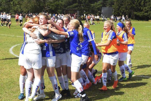 Venter på jubelen: Surnadals J15-lag hadde mye å juble for i Norway Cup for to år siden. I år blir det ingen fotballfest på Ekebergsletta i Oslo, men håpet er fortsatt at andre del av sesongen i breddefotballen kan la seg gjennomføre.