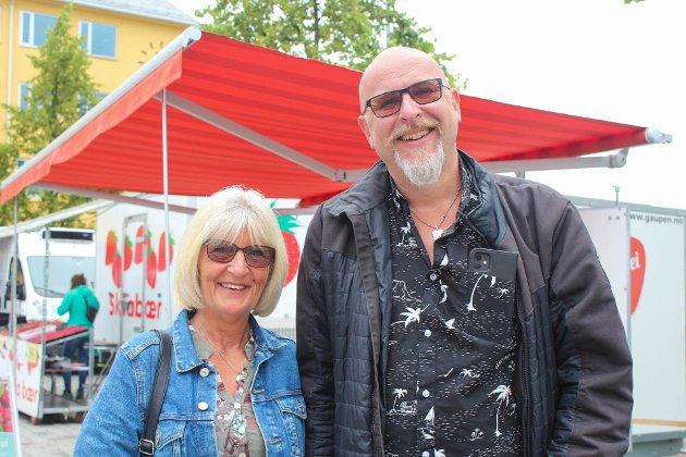 Inger Lise Måløy og Anders Måløy på Snadderfestival. – Det er kjekt at det foregår litt i byen, sier Anders Måløy.