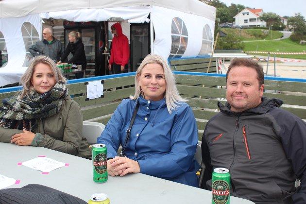 Fra venstre: Silje Moen, Catrine Reitan og Raymond Grimstad forteller at de var tidlig ute med å bestille billetter. – Det ble jo utsolgt med en gang!