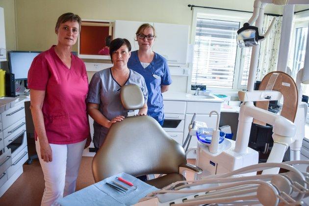 Unni Tømmernes (fra venstre), Ricarda Sehm og Alexandra Reinkober er de tre gjenværende ansatte på klinikken i Averøy.