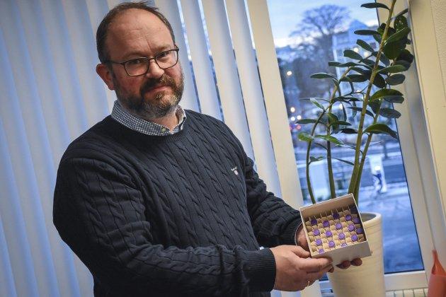 Kry: Tore Lyngvær viser stolt fram      19 ampuller med koronavaksine.