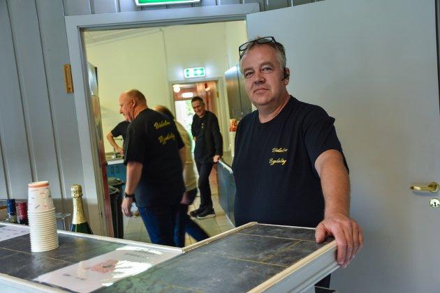 Stig Bae er leder i bygdelaget og gledet seg veldig til Bond-premieren.