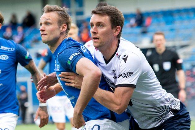 Andreas Hopmark holder et godt tak på Stian Rode Gregersen på en dødball, men Molde var best og vant 2-0 søndag kveld.