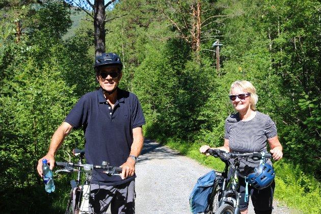 Britt Guton Halland og Terje Halland fra Uvdal har vært innom både Ulsteinvik, Førde og Kristiansund de siste dagene. Dagens stopp: Innerdalen.