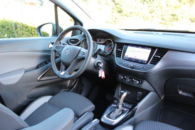 Fin førerplass: Den nye Crossland X har et førermiljø i solid plast og brytere som er gode i bruk.