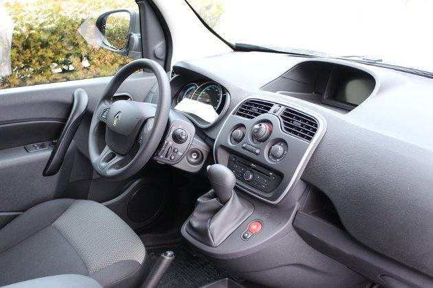 OVERSIKTLIG: Funksjonell førerplass i Renaults elektriske varebil.