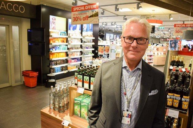 IKKE ENIG: Adm. direktør Gisle Skansen ved Sandefjord Lufthavn mener at en Vinmonopol-overtagelse av taxfreesalget truer flyplassens økonomi, og får støtte av de borgerlige stortingsrepresentantene fra Vestfold. Avholdsorganisasjonen IOGT er ikke enig.