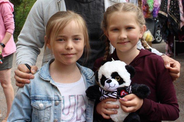 Mathilde Næss Hansen (9) og Ida Heggberget (8) koser seg på Messa
