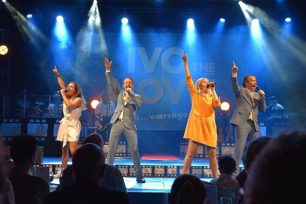 Under første nummer kommer alle aktørene på scenen i et musikalsk nummer. Her er Monica Hofstedt-Moe (fra venstre), Frode Aleksander Rismyhr, Trine Lise Aadne og Espen Rolstad.