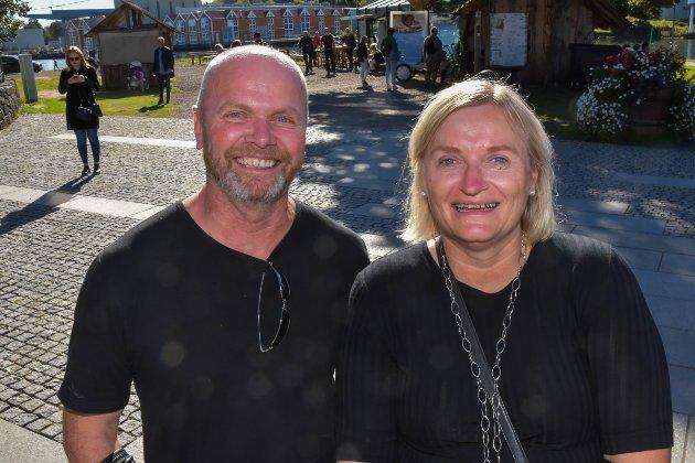 LANGVEISFRA: Fra Hamar hadde Kristin og Kjell Morten Larsen tatt veien til Tønsberg for å delta på Jahn Teigen-arrangementet i Oseberg. – Han er jo en populær kar. Selv om det er feil å gå inn i dette fine været, blir det bra. Og vi kan alle sangene, sier ekteparet.