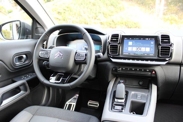 PÅKOSTET: C5 Aircross PHEV har en førerplass med høy opplevd kvalitetsfølelse. Morsomt hvordan «firkant-designet» går igjen flere steder i interiøret.