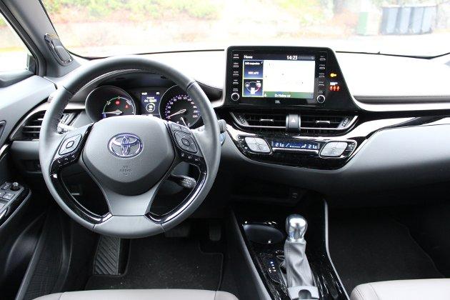 TRIVELIG: Sportslig førerplass i Toyota CH-R. Minus for korte sitteputer.