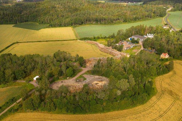 Kjerringhovet har endret karakter etter at Tønsberg kommune ga tillatelse til oppsett av et lagerbygg i 2016. Bygget ses til høyre i bildet.