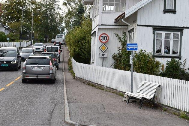 VIL HA MINDRE TRAFIKK: Gjennomkjøring bør forbys på fylkesvei 311 gjennom gamle Åsgårdstrand, mener forfatteren på vegne av velforeningen, som også, med noen unntak, vil avskaffe gateparkering i den gamle bydelen.