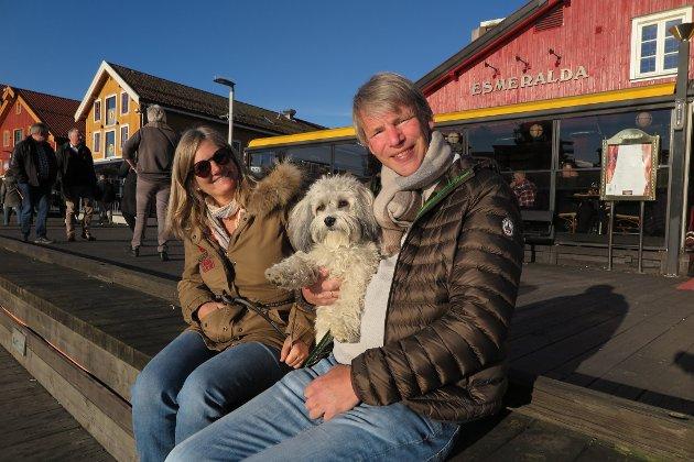 FISKESUPPE TIL MIDDAG: Anine og Anders Lunde hadde spist fiskesuppe på Esmeralda etter å ha gått en tur med hunden Teddy.