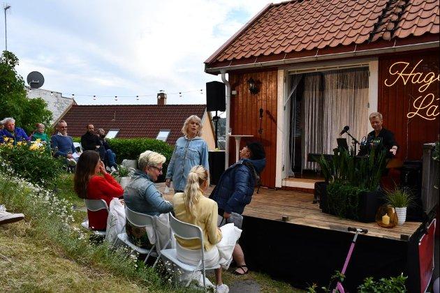 HUMOR OG HUMØR: Marianne Krogness og Rigmor Galtung får fram latteren hos publikum, med showet de holder i Rigmors hage.