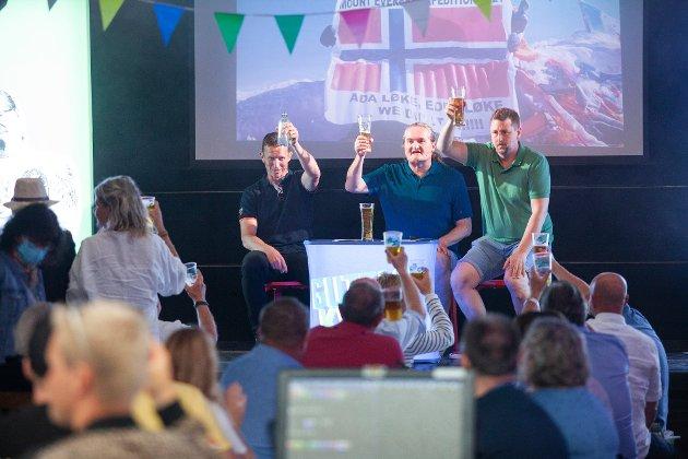 FELLES SKÅL: Både publikum og de på scenen tok en felles skål.