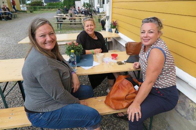 BLIDE: Nina Grove Hansen, Therese Ranbo og Kristina Nyhus Pettersen tok seg en pause før de skulle videre på «økosorg».