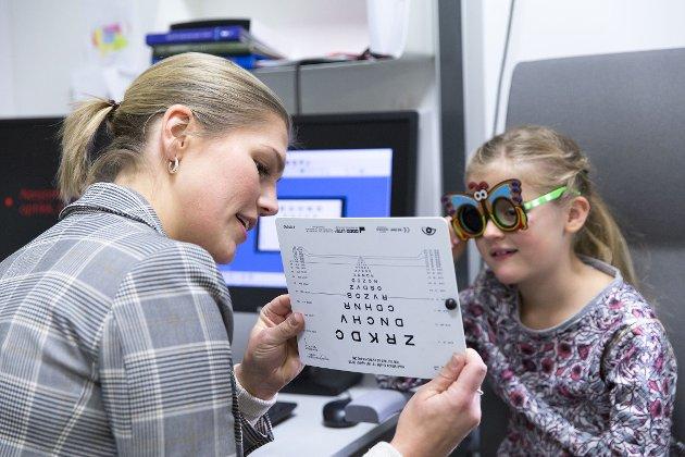 Utrolig nok lever barn med unødvendig tap av syn, ikke bare i utviklingsland, men også i Norge. Dårlig syn kan være vanskelig for barn å beskrive og blir ofte oppdaget sent. Kanskje barnet gir uttrykk for at skolearbeid og lesing er kjedelig?