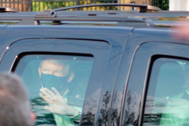 President Donald Trump forlot sin karantene for å besøke tilhengere i helgen. (AP Photo/Tony Peltier)