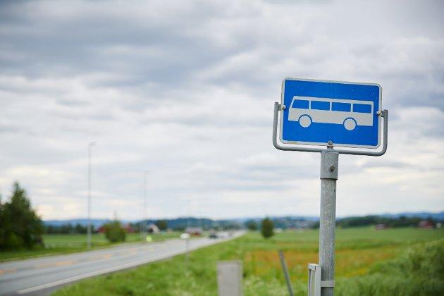Bussene sparer to minutter på den nye kjøreruten, mener forfatteren.