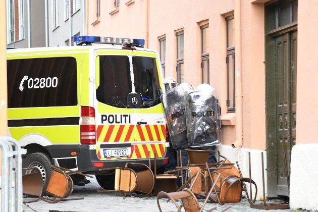 Politiet trakk seg tilbake til et smug ved Torvet.