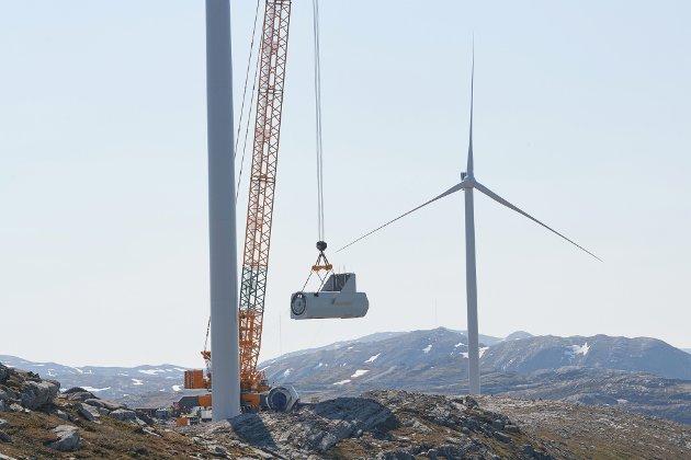 Nå står klimapartiene i kø for å si nei til den mest klimavennlige kraften som vinnes; vindkraft, skriver debattanten. Bildet er fra byggingen av Roan vindpark, da turbin nummer 7 av totalt 71 skulle heises på plass.