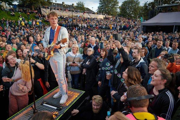 PÅ NÆRT HOLD: Sondre Justad spilte flere sanger fra en liten scene midt blant publikum under Steinkjerfestivalen 2019. Nå må kulturfeltet få signalene de trenger for sommeren 2021.