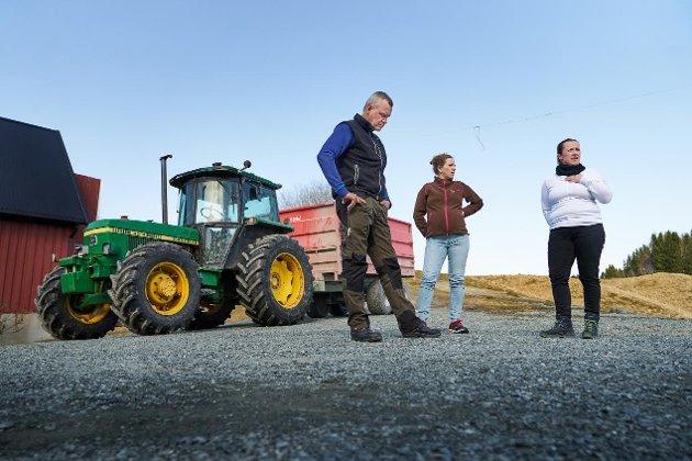 Ordførerne i Innhered og på Snåsa støtter landbrukets kamp for mer penger. Her verdalsbøndene Roy Anders Berg, Marit Anna Morken og Kristin Nyberg som stilte opp i Trønder-Avisa sist uke.