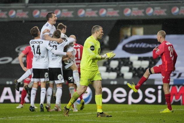 Branns keeper Håkon Opdal var ikke fornøyd etter 3-2 av Rosenborgs Kristoffer Zachariassen under eliteseriekampen i fotball mellom Rosenborg og Brann på Lerkendal Stadion. Foto: Ole Martin Wold / NTB