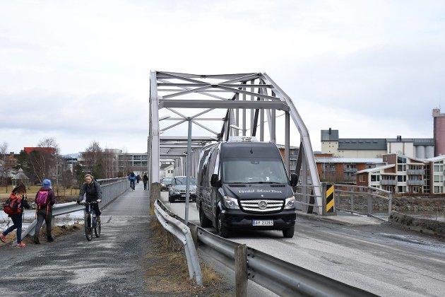 Verdal SV leverte en interpellasjon i kommunestyret 31. mai, der de ba om at Ørabrua stenges for biltrafikk og forbeholdes myke trafikanter. Frp er ikke enige i forslaget.
