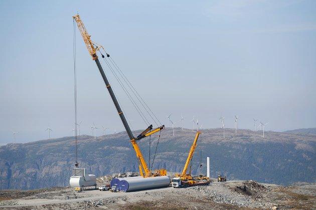 Kysten er teppebomba med disse høye turbinene, skriver Kim Småge om vindkraft. Bildet viser bygging av Roan vindpark, med Bessakerfjellet vindpark i bakgrunnen.