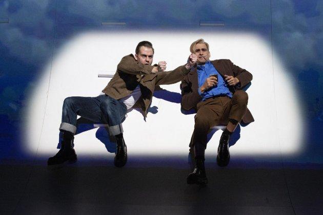 Kenneth Homstad spiller Henry Rinnan, mens Duc Mai-The spiller Hirsch Komissar i Trøndelag Teaters forestilling Leksikon om lys og mørke.