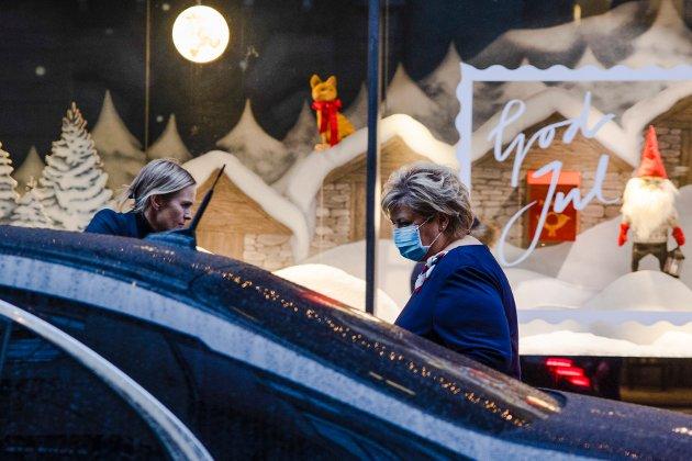 DEN RARE JULA: Året 2020 blir stående i historien som koronaåret, og juleferingen er sterkt preget av virkningen av pandemien. Her er statsminister Erna Solberg på vei inn i bilen etter en pressekonferanse tidligere i desember.