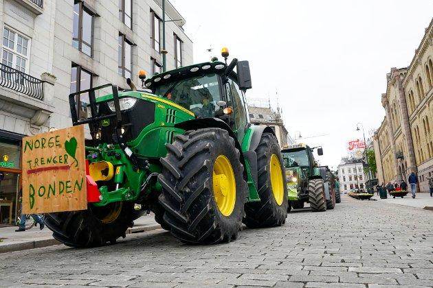 Oslo 20210511.  Bondeorganisasjonene demonstrerer foran Stortinget tirsdag. Kjøretøy fra hele landet er kjørt inn til hovedstaden. Foto: Lise Åserud / NTB