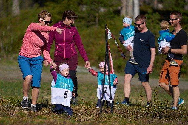 Karla Hallan-Jensen (nr 5) og tre andre deltakere født i 2019 fikk litt hjelp på runden i terrenget på Bumyra i Markabygda torsdag kveld.