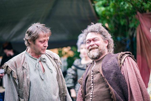 GRÅDIG GOD: Øyvind Brandtzæg fra Steinkjer bærer forestillingen på Bakklandet, når han for første gang er skuespiller i en oppsetting av Rabarbrateateret. Til venstre er Stian H. Pedersen.