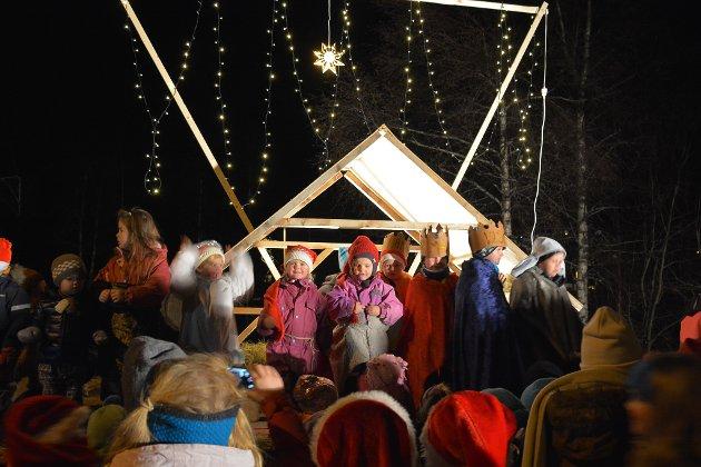 """Barna på Dyrebo gårdsbarnehage synger """"Et barn er født i Betlhem"""". I bakgrunnen lyser Betlehemsstjernen."""