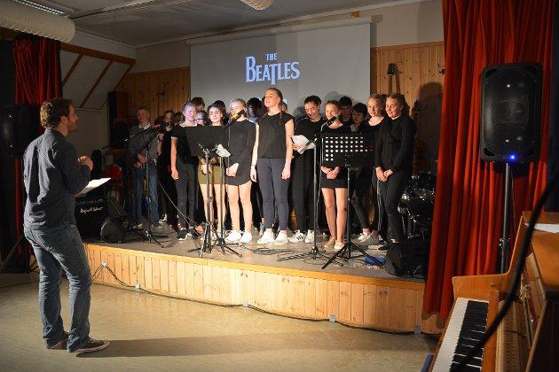 En flott fremførelse av «With a little help from my friends» avslutter forestillingen.