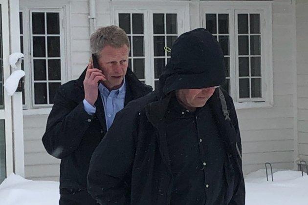 Høyre har suspendert sin dyktigste og grundigste politiker i Tvedestrand, skriver Jan Roger Ekedal. Her er Knut Aall på vei inn til lørdagens styremøtet i Agder Høyre sammen med Jørgen Aargaard.